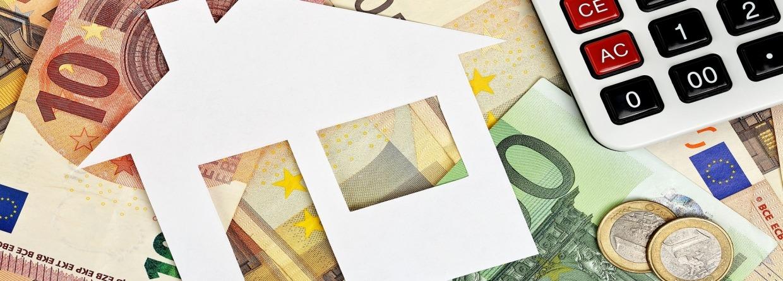 Document huis met euro bankbiljetten en rekenmachine